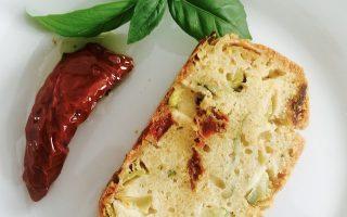 Présentation d'un cake salé courgettes tomates sans gluten sans lactose