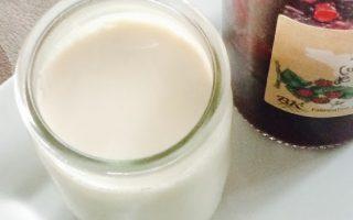 pot de yaourt au soja bio et pot de confiture de fruits rouges